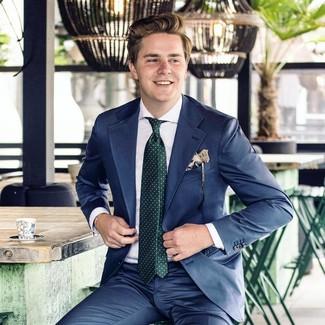 Comment porter: costume bleu marine, chemise de ville blanche, cravate á pois vert foncé, pochette de costume imprimée beige