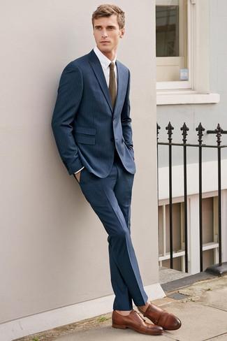Comment porter: costume à rayures verticales bleu marine, chemise de ville blanche, double monks en cuir marron, cravate en tricot olive