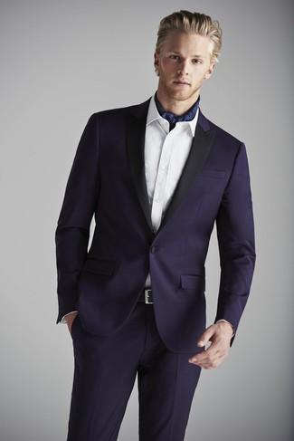 Comment porter: costume bleu marine, chemise de ville blanche, écharpe en soie imprimée bleu marine, ceinture en cuir noire