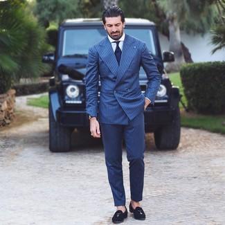 Comment porter: costume à rayures verticales bleu marine, chemise de ville blanche, mocassins à pampilles en daim noirs, cravate bleu marine
