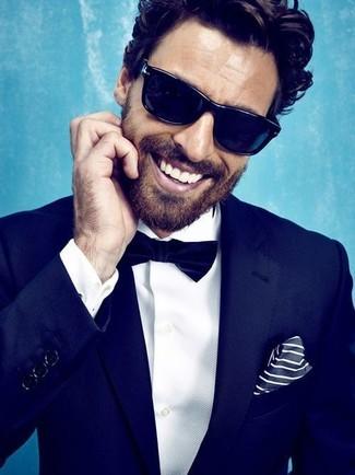 ae17ce5f4e687 Tenue: Costume bleu marine, Chemise de ville blanche, Nœud papillon bleu  marine, Pochette de costume à rayures verticales blanc et bleu marine |  Mode hommes ...