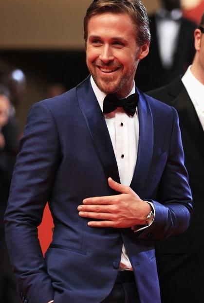 9cfa2511d64d6 Tenue de Ryan Gosling: Costume bleu marine, Chemise de ville blanche, Nœud  papillon noir | Mode hommes | Lookastic France