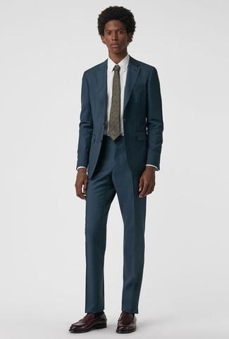Comment porter des slippers en cuir bordeaux: Pense à porter un costume bleu marine et une chemise de ville blanche pour une silhouette classique et raffinée. Une paire de des slippers en cuir bordeaux apporte une touche de décontraction à l'ensemble.