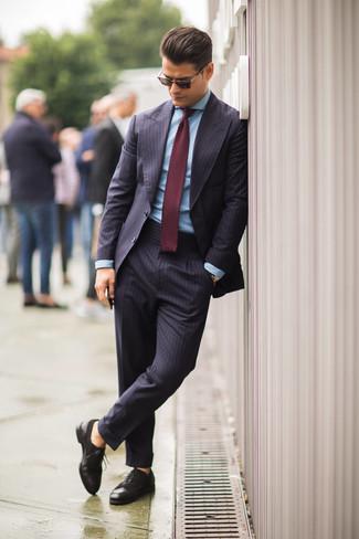 Comment porter: costume à rayures verticales bleu marine, chemise de ville bleu clair, chaussures brogues en cuir marron foncé, cravate en tricot bordeaux
