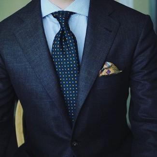 Comment porter: costume bleu marine, chemise de ville à rayures verticales bleu clair, cravate imprimée bleu marine, pochette de costume imprimée olive