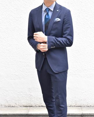 Comment porter: costume bleu marine, chemise de ville bleu clair, cravate à rayures horizontales bleue, pochette de costume imprimée cachemire bleue