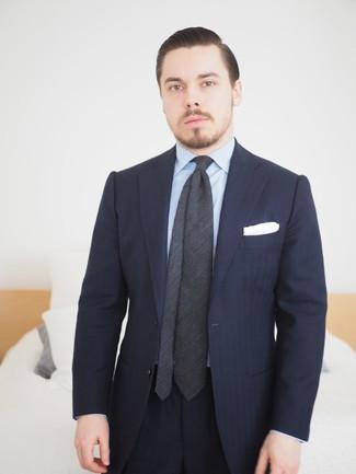 Comment porter: costume à rayures verticales bleu marine, chemise de ville à rayures verticales bleu clair, cravate gris foncé, pochette de costume blanche