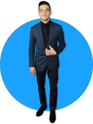 Comment porter: costume bleu marine, chemise de ville bleu marine, chaussures derby en daim noires, cravate noire