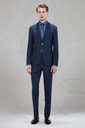 Comment porter: costume écossais bleu marine, chemise de ville bleue, slippers en cuir marron foncé, cravate bleu marine