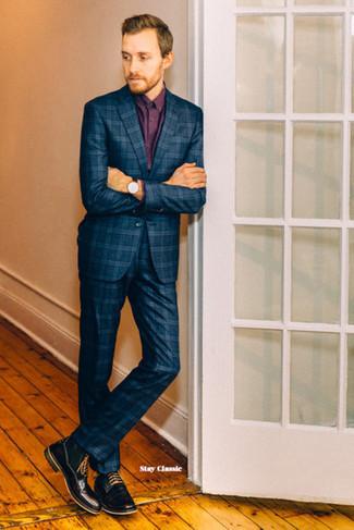 Comment porter des bottes de loisirs en cuir noires: Opte pour un costume écossais bleu marine avec une chemise de ville bordeaux pour une silhouette classique et raffinée. Jouez la carte décontractée pour les chaussures et complète cet ensemble avec une paire de des bottes de loisirs en cuir noires.