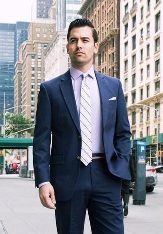 Comment porter: costume bleu marine, chemise de ville violet clair, cravate à rayures horizontales violet clair, pochette de costume á pois blanche