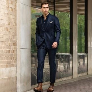 Comment porter une pochette de costume imprimée marron clair: Associe un costume à rayures verticales bleu marine avec une pochette de costume imprimée marron clair pour un déjeuner le dimanche entre amis. Opte pour une paire de des bottes de loisirs en cuir marron pour afficher ton expertise vestimentaire.