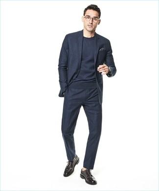 Comment porter: costume à carreaux bleu marine, pull à col rond bleu marine, chaussures brogues en cuir marron foncé, pochette de costume gris foncé