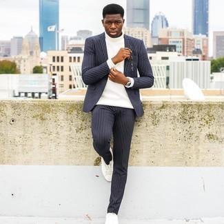 Comment porter des baskets basses en toile blanches: Porte un costume à rayures verticales bleu marine et un pull à col roulé en laine blanc pour aller au bureau. Si tu veux éviter un look trop formel, opte pour une paire de baskets basses en toile blanches.