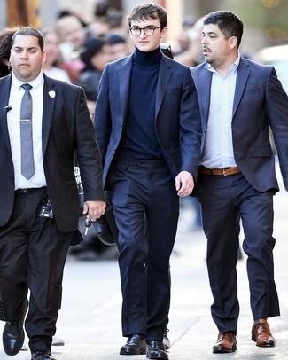 Comment porter: costume bleu marine, pull à col roulé bleu marine, slippers en cuir noirs