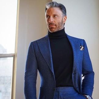 Comment porter: costume en laine bleu marine, pull à col roulé noir, pochette de costume imprimée marron, montre argentée