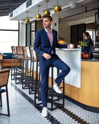 Comment porter: costume à carreaux bleu marine, pull en v sans manches rose, chemise à manches longues blanche, baskets basses en cuir blanches