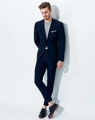 Comment porter une pochette de costume blanche: Pense à harmoniser un costume bleu marine avec une pochette de costume blanche pour obtenir un look relax mais stylé. D'une humeur audacieuse? Complète ta tenue avec une paire de des chaussures derby en cuir bleu marine.