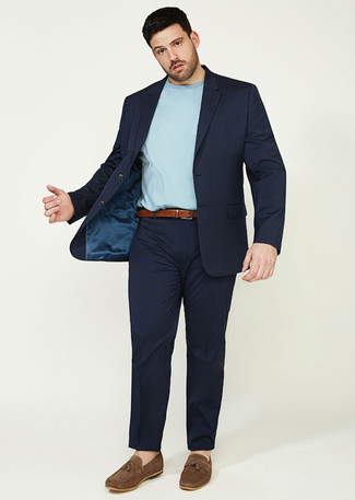 Tendances mode hommes: Choisis un costume bleu marine et un t-shirt à col rond bleu clair pour créer un look chic et décontracté. Apportez une touche d'élégance à votre tenue avec une paire de des mocassins à pampilles en daim marron.