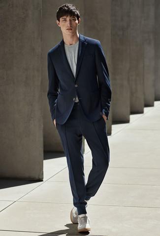 Comment porter: costume bleu marine, t-shirt à col rond gris, baskets basses en daim grises