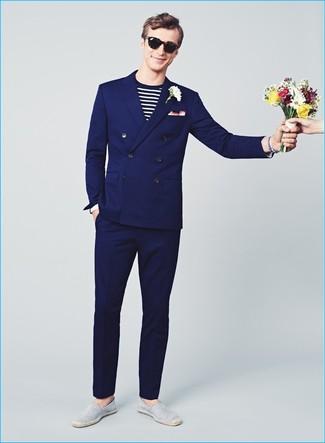 Comment porter: costume bleu marine, t-shirt à manche longue à rayures horizontales blanc et noir, espadrilles en toile à rayures horizontales grises