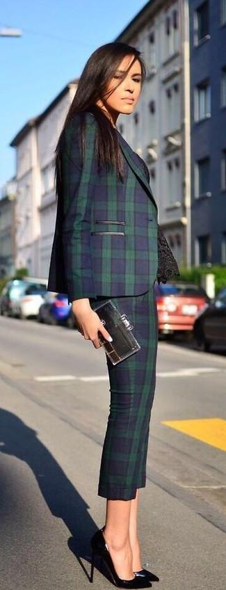 Choisis un top sans manches en dentelle noir et un costume pour une tenue raffinée mais idéale le week-end. Apportez une touche d'élégance à votre tenue avec une paire de des escarpins en cuir noirs.