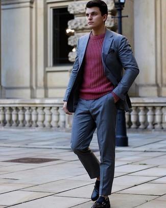Tendances mode hommes: Harmonise un costume bleu avec un pull à col rond fuchsia pour un look pointu et élégant. Termine ce look avec une paire de double monks en cuir noirs.