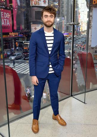 Costume bleu t shirt a col rond a rayures horizontales blanc et bleu marine chaussures richelieu en cuir brunes claires large 21961