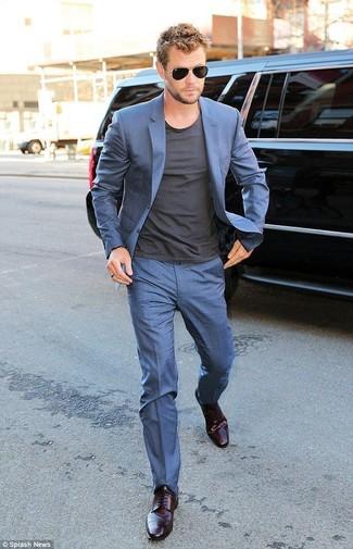 Costume bleu t shirt a col rond gris fonce chaussures derby pourpre fonce lunettes de soleil noir large 12329