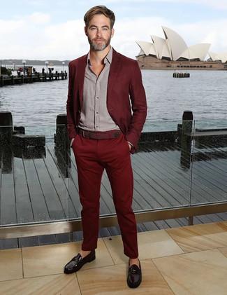 Comment porter: costume bordeaux, chemise à manches longues grise, slippers en cuir noirs