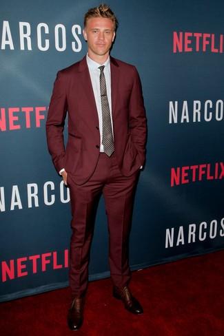 Comment porter: costume bordeaux, chemise de ville bleu clair, chaussures richelieu en cuir marron, cravate imprimée marron