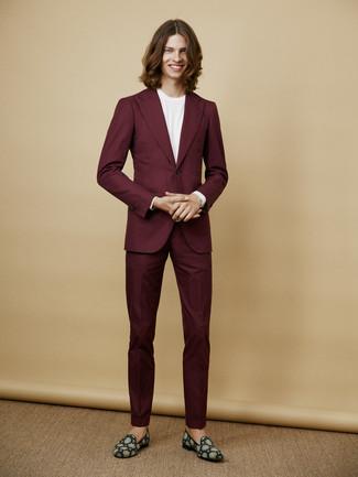 Comment porter: costume bordeaux, t-shirt à col rond blanc, slippers en daim bleu canard