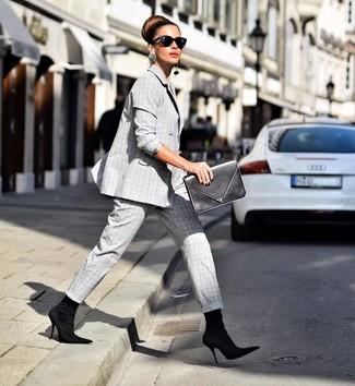 Comment porter: costume écossais gris, bottines élastiques noires, pochette en cuir noire, lunettes de soleil noires