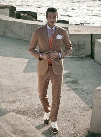 Comment porter: costume marron clair, cardigan orange, chemise de ville bleu clair, chaussures brogues en cuir blanc et marron