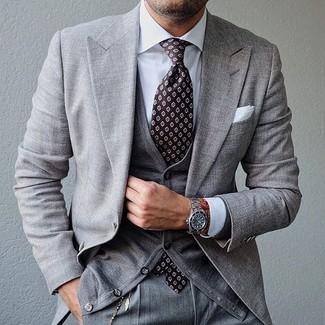 Comment porter: costume gris, cardigan gris, chemise de ville blanche, cravate imprimée marron foncé