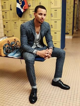 Comment porter: costume à carreaux gris foncé, cardigan gris, t-shirt à col en v blanc, chaussures derby en cuir noires