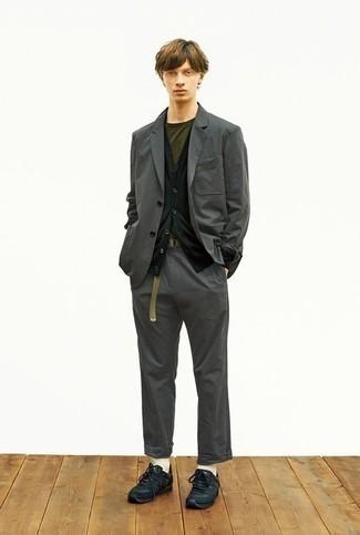 Comment porter un costume gris foncé: Pense à associer un costume gris foncé avec un cardigan noir pour dégager classe et sophistication. Tu veux y aller doucement avec les chaussures? Termine ce look avec une paire de chaussures de sport noires pour la journée.