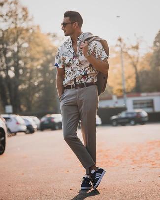 Comment porter: costume gris, chemise à manches courtes à fleurs blanche, baskets basses bleu marine et blanc, ceinture en cuir marron foncé
