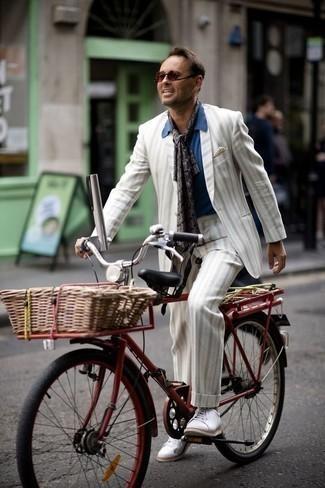 Comment porter une pochette de costume beige: Pense à associer un costume à rayures verticales blanc avec une pochette de costume beige pour une tenue idéale le week-end. Assortis ce look avec une paire de des baskets basses en toile blanches.