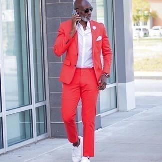 Comment s'habiller après 50 ans: Pense à associer un costume rouge avec une chemise à manches courtes blanche pour un look pointu et élégant. Jouez la carte décontractée pour les chaussures et termine ce look avec une paire de baskets basses en toile blanches.