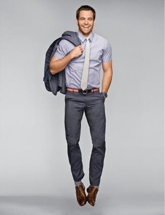 Comment porter: costume gris foncé, chemise à manches courtes grise, chaussures derby en cuir marron, cravate à rayures verticales grise