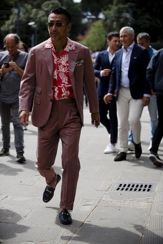Comment porter: costume bordeaux, chemise à manches courtes à fleurs rouge, slippers en cuir noirs, pochette de costume imprimée blanche