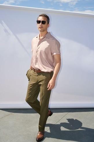 Comment porter des lunettes de soleil noires: Choisis un costume olive et des lunettes de soleil noires pour une tenue idéale le week-end. Jouez la carte classique pour les chaussures et choisis une paire de des slippers en cuir marron.