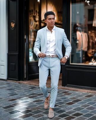 Comment s'habiller en été: Essaie d'harmoniser un costume bleu clair avec une chemise à manches courtes blanche pour une silhouette classique et raffinée. Complète cet ensemble avec une paire de slippers en daim beiges pour afficher ton expertise vestimentaire. On craque pour cette tenue pour cette saison.