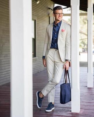 Comment porter: costume beige, chemise à manches longues imprimée bleu marine, baskets basses en cuir bleu marine, sac fourre-tout en toile bleu marine