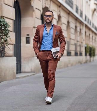 Comment porter: costume tabac, chemise à manches longues bleue, baskets basses en cuir blanches, pochette de costume en vichy blanc et bleu marine