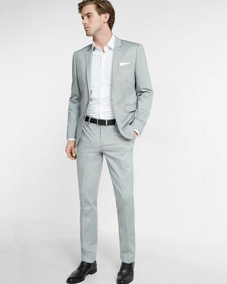 Comment porter: costume gris, chemise à manches longues blanche, chaussures brogues en cuir noires, pochette de costume blanche