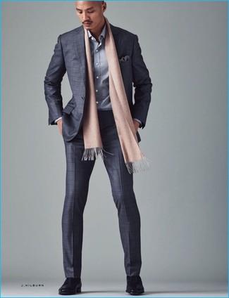 Comment porter: costume à carreaux gris, chemise à manches longues grise, chaussures derby en cuir noires, pochette de costume imprimée grise