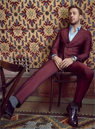 Tenue de Ryan Gosling: Costume bordeaux, Chemise à manches longues bleu clair, Chaussures derby en cuir pourpre foncé, Montre dorée