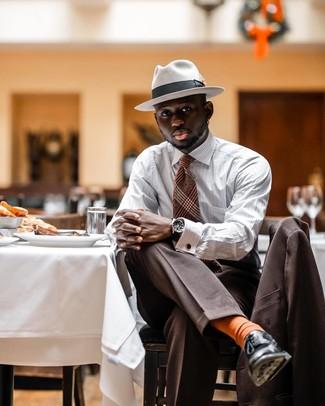 Comment porter: costume marron, chemise à manches longues à rayures verticales blanche, chaussures derby en cuir noires, chapeau en laine blanc